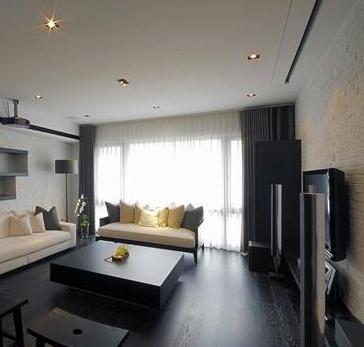 木地板及木装潢的深色配上深色窗帘布